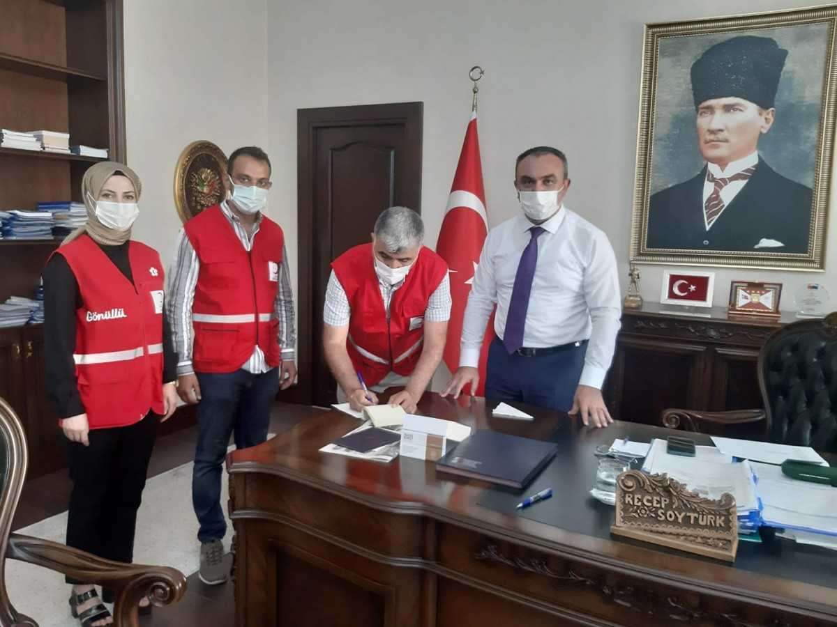 VALİ SOYTÜRK, KIZILAY'A KURBAN BAĞIŞINDA BULUNDU